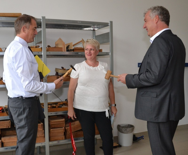 Bild zeigt Schulleiterin Trautner-Böl mit Bildungsminister Tullner und Landtagsabgeordneten Heuer