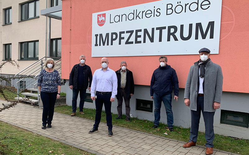 Gruppenaufnahme vor dem Impfzentrum im Landkreis Börde
