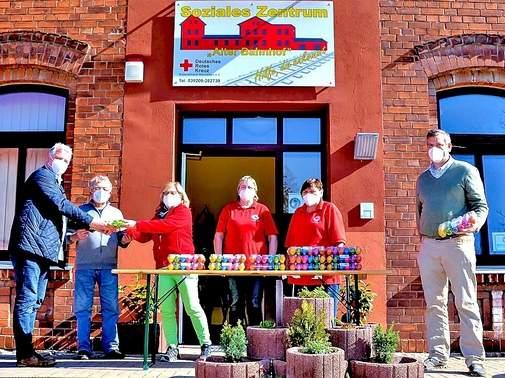 Die Tafelmitarbeiter nehmen die Spende des CDU-Gemeindeverbands entgegen. Foto: Hagen Uhlenhau