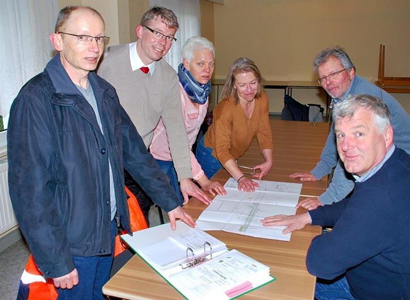 Vertreter des Landesstraßen-Baubehörde im Gespräch mit Ortschaftsratsvertretern und Guido Heuer